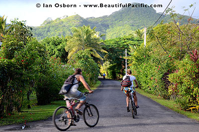 backpackers exploring rarotonga